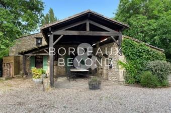 Cette ferme du 17ème siècle est une maison familiale spacieuse avec 5 chambres et un espace de réception exceptionnel. Situé au bord de la rivière Dordogne avec piscine chauffée.
