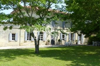 St Emilion Grand Cru dans une région très prisée entourée par les vignobles de St Emilion. En bordure d'un village, la propriété a été entièrement rénovée offrant une élégante maison en pierre de 4 chambres.