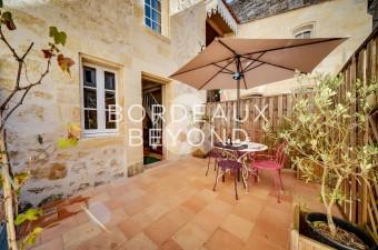 Logis LOISEAU avec terrasse à Saint-Emilion, à l'ambiance cosy et à la décoration soignée, au coeur de la Cité Médiévale. Cet endroit est parfait pour une découverte de la région et de son célèbre vignoble.