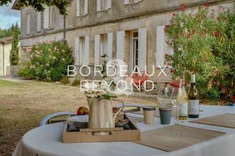 Belle bâtisse en pierre au sein d'un charmant village entouré de vignes, à seulement quelques minutes de Saint-Emilion. Confort et charme sont les maîtres-mots des lieux.