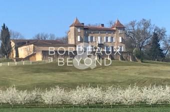 Près de Condezaygues, ce magnifique château du 13ème siècle sur ses 10 hectares de terrain  avec une vue dominante  sur la vallée.