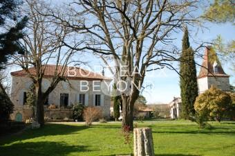 Magnifique domaine en pierre se composant d'une maison principale, de 3 maisons d'hôtes, de dépendances sur un terrain d'environ 5ha avec piscine.