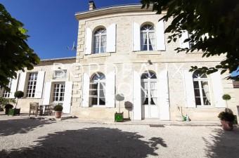 Superbe maison de Maître dans la campagne chic de Saint-Emilion, au sein d'un charmant village. Un séjour unique et relaxant au coeur d'un vignoble d'exception vous attend. Nous consulter.