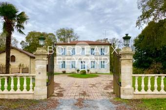 Cette magnifique demeure de Maître XIXème au bord de la Dordogne, entourée par son immense parc de plus de 10ha, est située à une vingtaine de minutes du célèbre village de Saint Emilion.