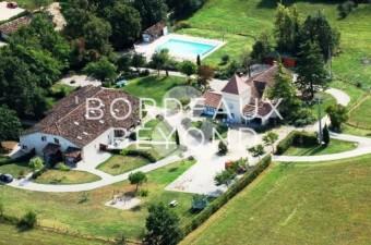 Magnifique propriété en pierres XIXème siècle, entièrement restaurée avec gout et parfaitement adaptée à l'activité de location de gites et chambre d'hôte