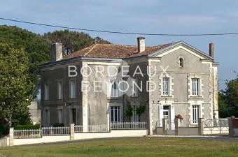Cette magnifique maison de maître du XIXème surplombe un parc avec des arbres centenaires et des bassins d'ornement.