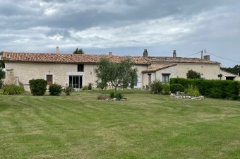 Attrayante propriété de style longère avec une maison principale, une propriété de location, une piscine et 2,7 hectares de terrain.